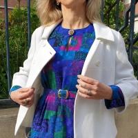 En robe multicolore années 80
